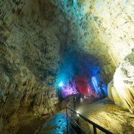 『昇竜洞』では全国最大級のフロートストーンを見ることができる。ライトアップも美しい/沖永良部島