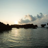 波に侵食されてできた笠型の奇岩が立ち並ぶ『ウジジ浜』。沖合は最高のダイビングスポット/沖永良部島
