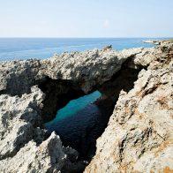隆起サンゴの洞窟『フーチャ』。風が強い日には10m以上もの潮が豪快に吹き上がる/沖永良部島