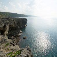 『田皆岬』は島内屈指の景勝地。岬から続く断崖には、エラブユリも咲いている/沖永良部島