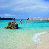 コバルトブルーの海を縁取る美しいリーフやビーチには、海水浴を楽しむ人々の姿が/喜界島