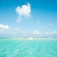 島の東側にある大金久海岸の沖合1.5キロに干潮時のみ姿を現す幻の浜『百合ヶ浜』/与論島