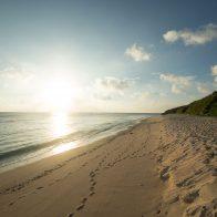 『パラダイスビーチ』は空港から最も近いビーチで、徒歩で行けるサンセットスポットの一つ/与論島